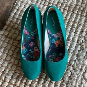 Green-blue velvet pumps